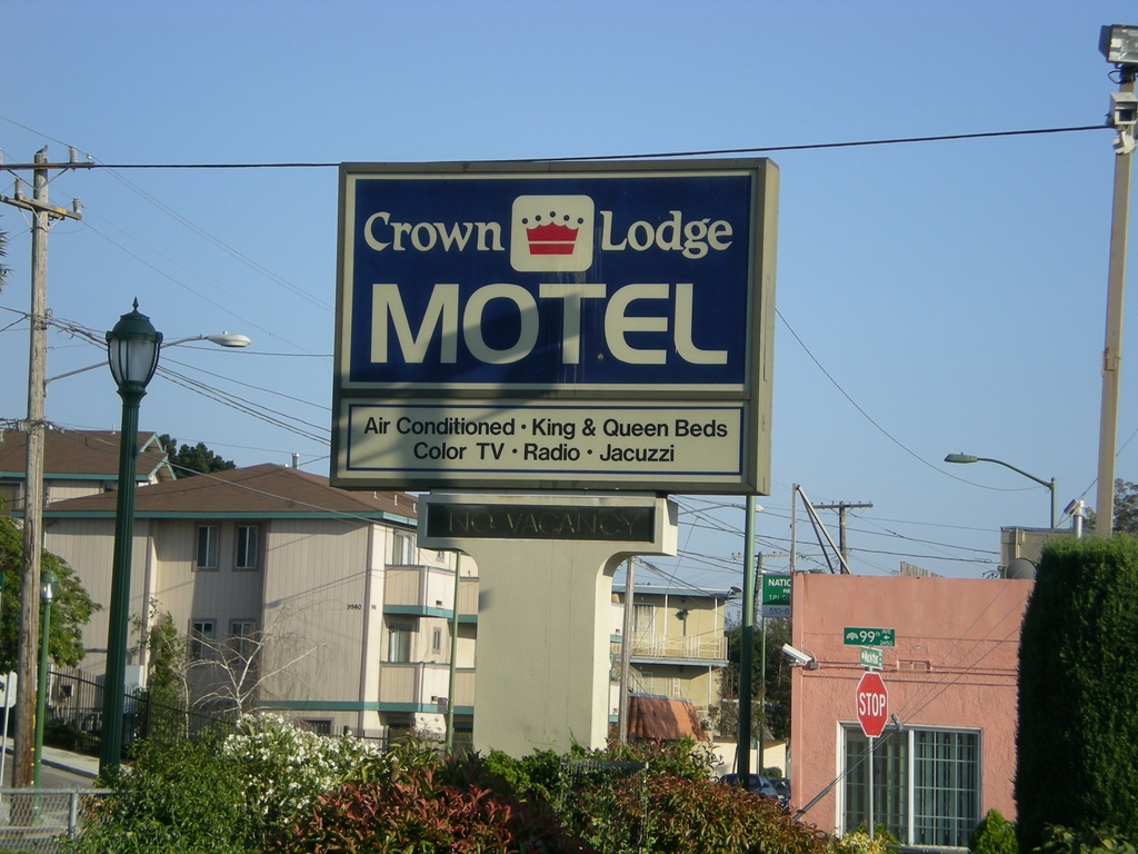 Crown lodge motel oakland magnuson hotels for Jj fish and chicken near me